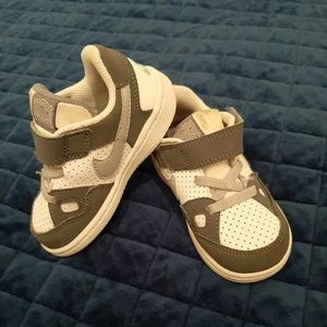 NIKE Toddlers 6 Gray & White Classic Sneakers